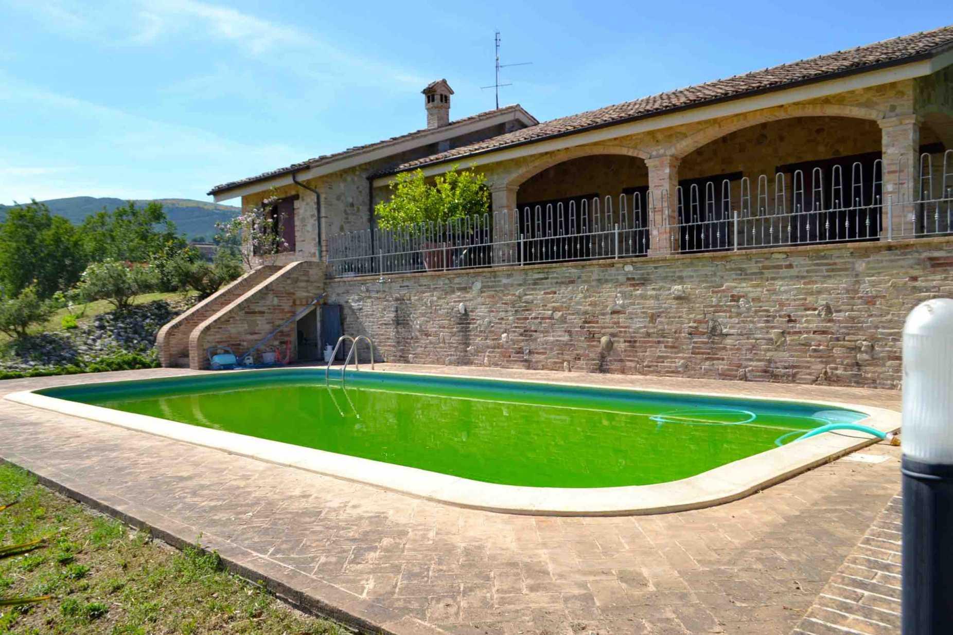 Villa singola con piscina e giardino in vendita a cingoli - Giardino con piscina ...
