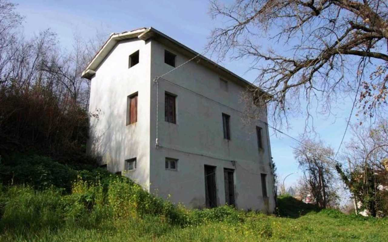 Farmhouse with annex and courtyard for sale in Massa Fermana, Fermo, Le Marche, Italy